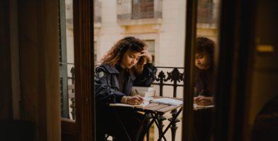 Besser lernen? 8 Tipps, die dir das Lernen leichter machen Frau